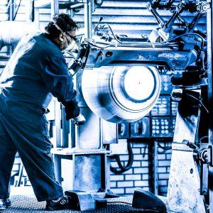 Medewerker slijpen en schuren bij Brink Industrial